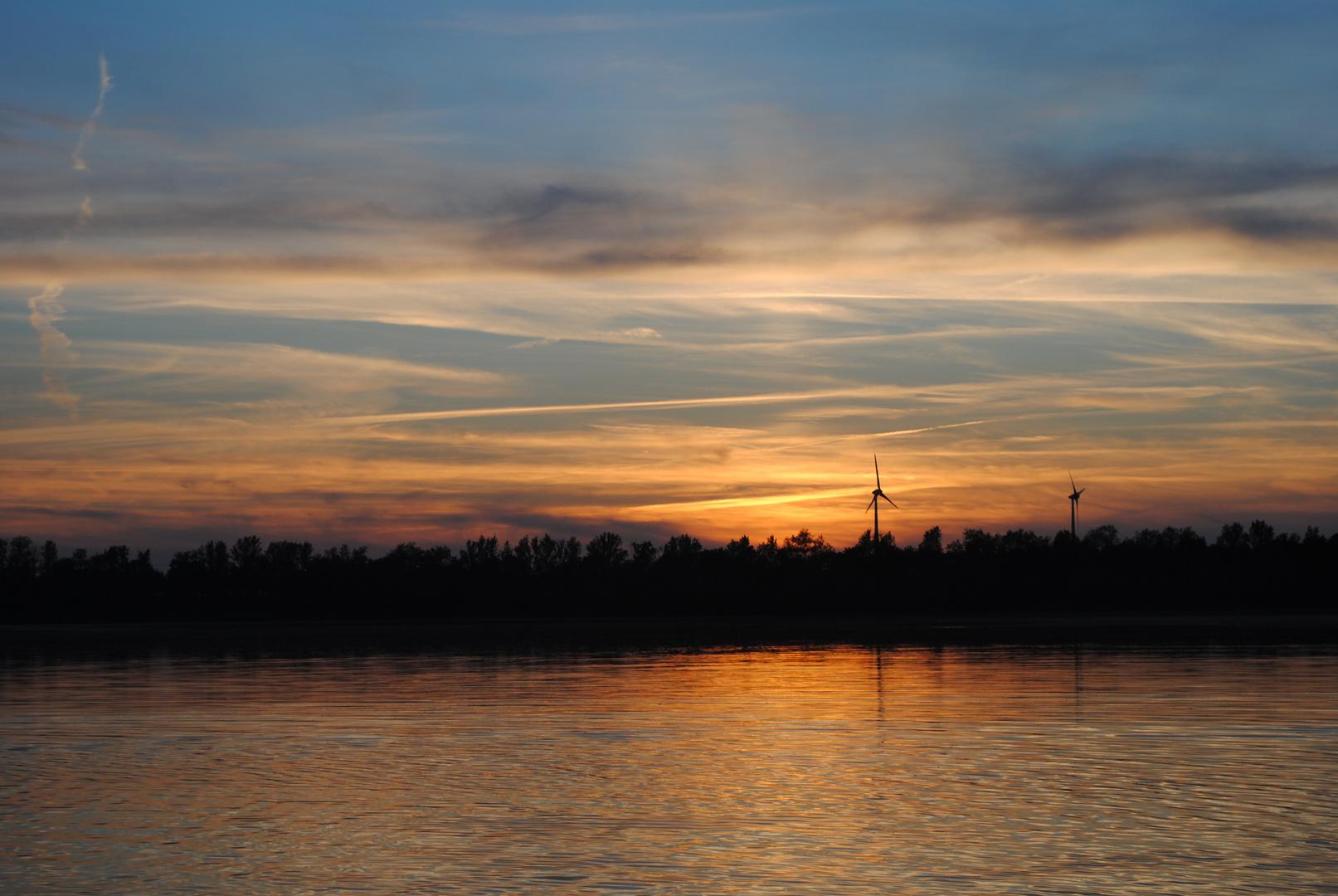Sonnenuntergang am Kulkwitzer See in Leipzig.