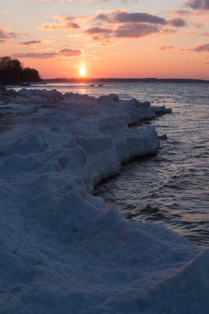 Sonnenuntergang am vereisten Osteestrand