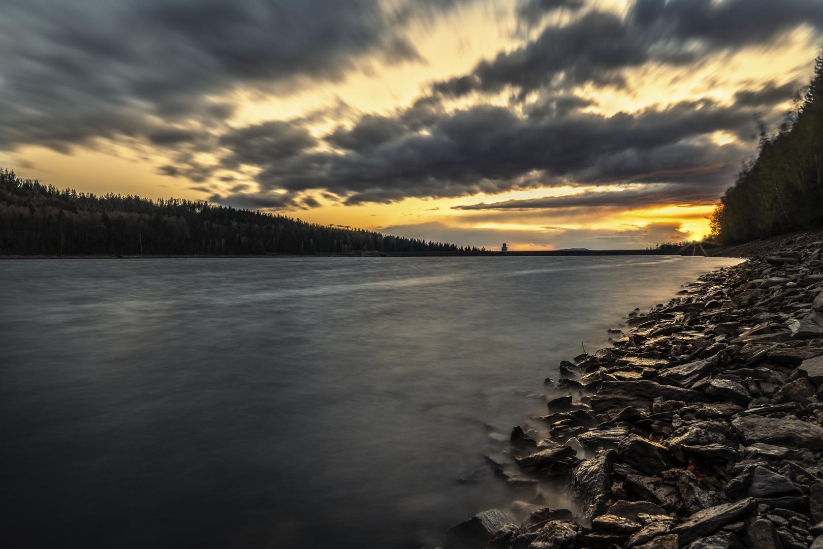 Sonnenuntergang an der Talsperre nach Sturmtief Eugen