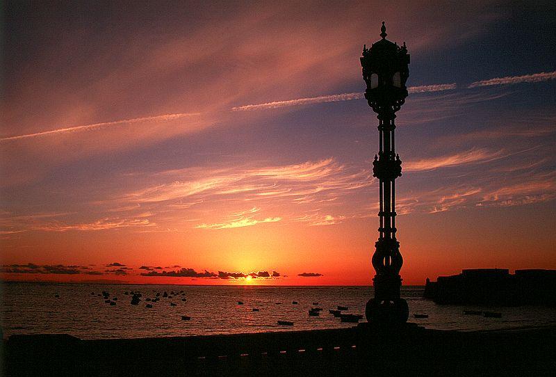 Sonnenuntergang an der Uferpromenade in Cadiz