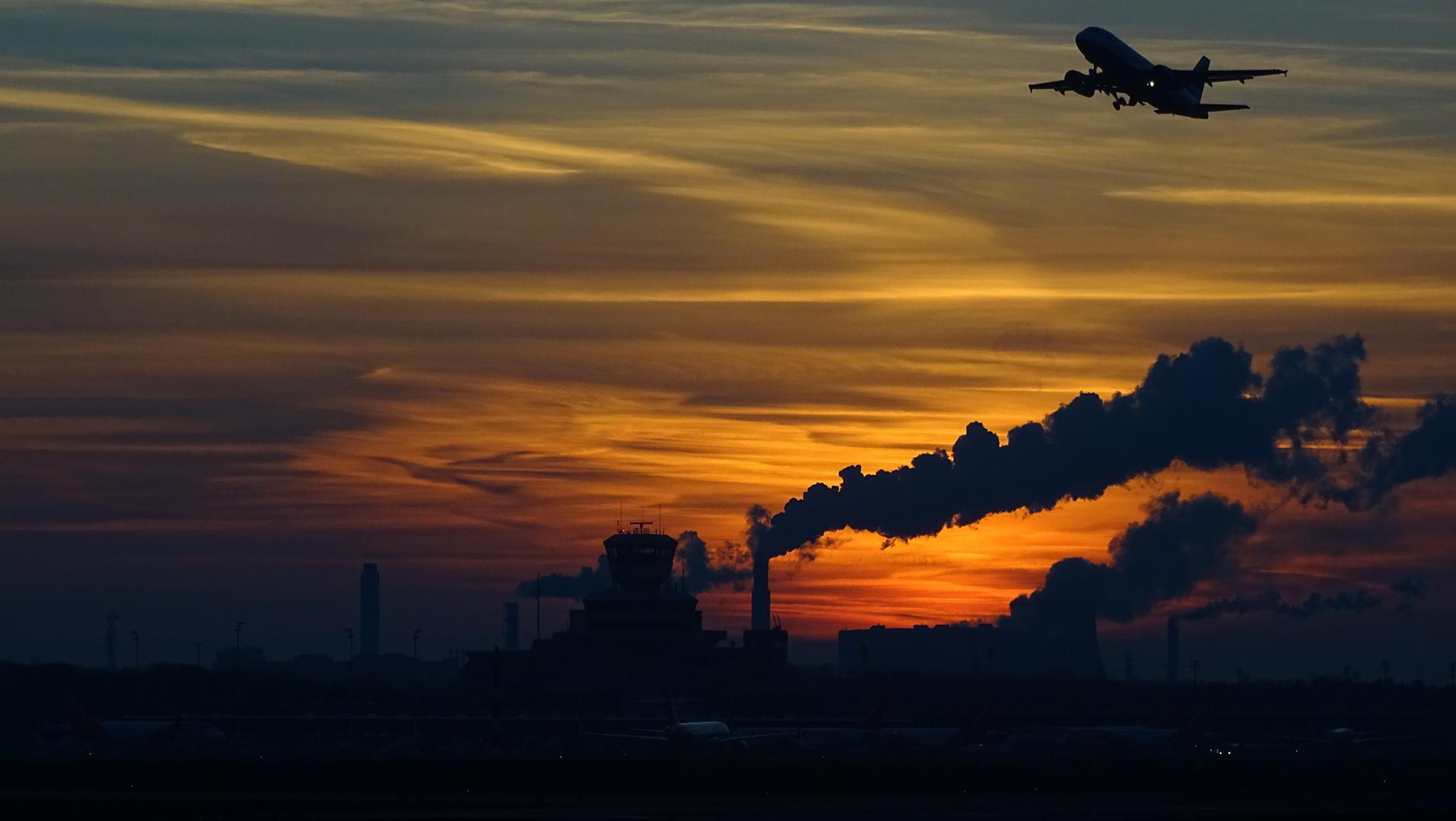 Sonnenuntergang auf dem Flughafen Berlin Tegel TXL