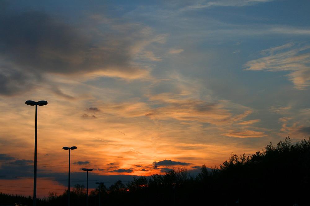 Sonnenuntergang auf einem Autobahnrastplatz auf der A5