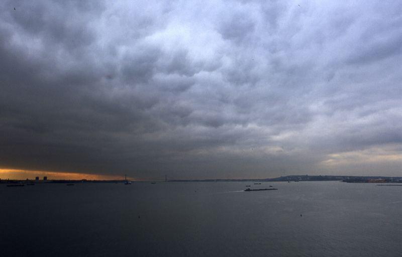 Sonnenuntergang bei wolkenverhangenem Himmel
