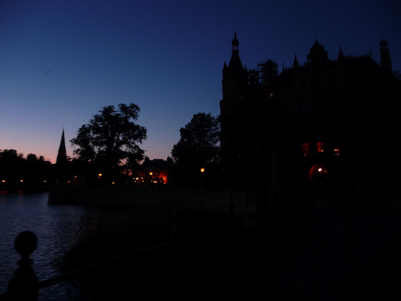 Sonnenuntergang hinter dem Schweriner Schloss