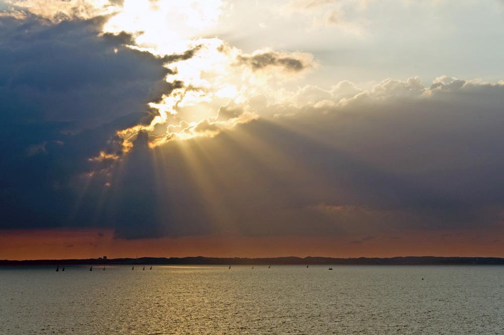 Sonnenuntergang hinter den Wolken