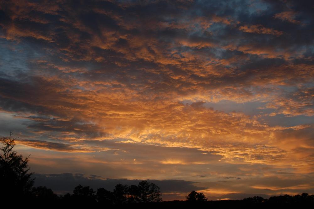Sonnenuntergang hinter vielen kleinen Wolken