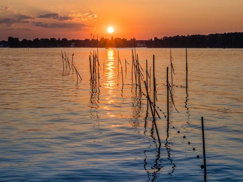 Sonnenuntergang hinter weissen Fähnchen
