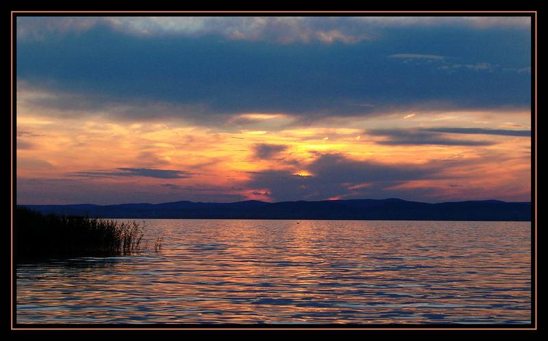 Sonnenuntergang hinter Wolken am Plattensee in Ungarn