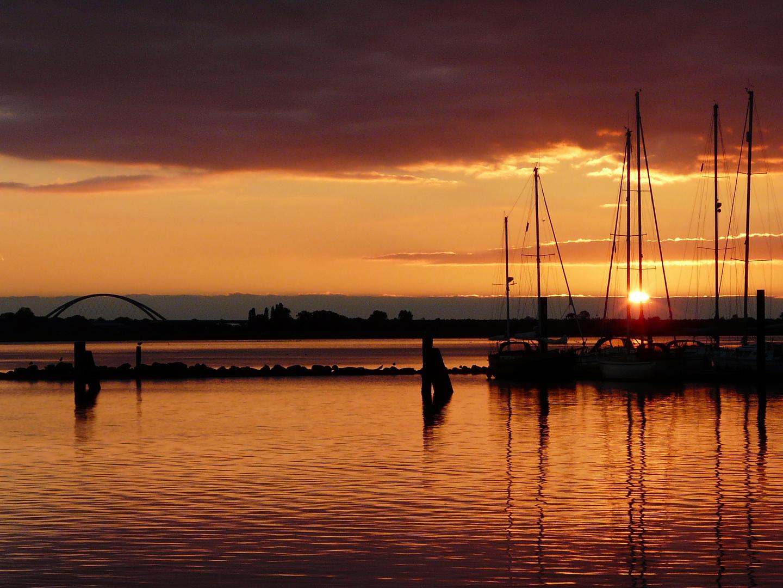 Sonnenuntergang im Hafen von Burg auf Fehmarn