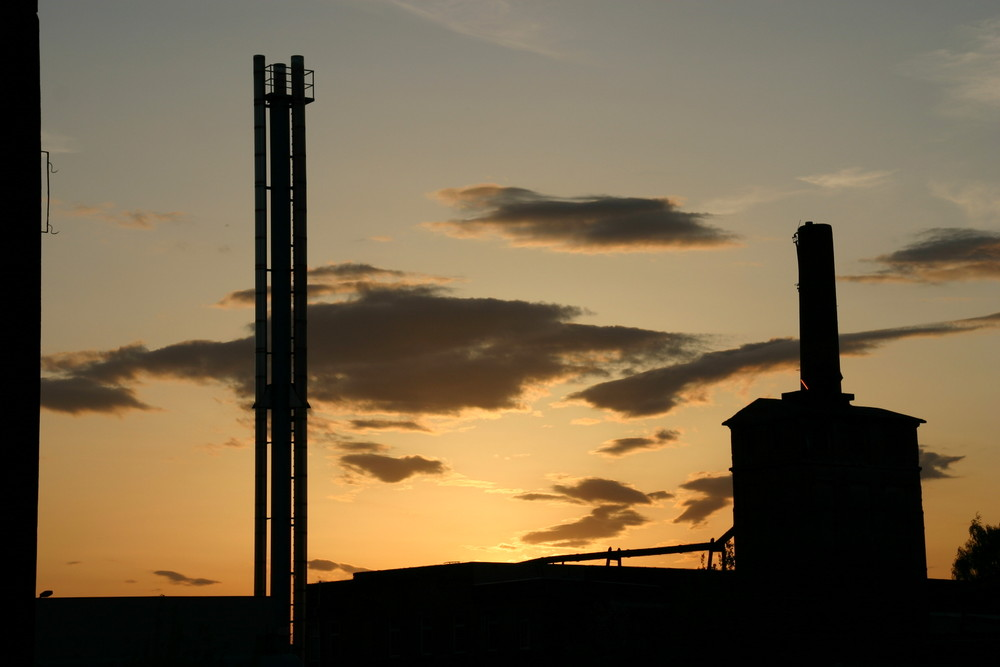 Sonnenuntergang im Industriegelände