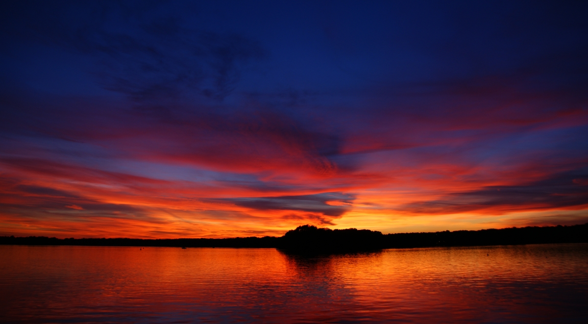 Sonnenuntergang klingt viel zu negativ: Sonnenlichtexplosion hinter dem Horizont!