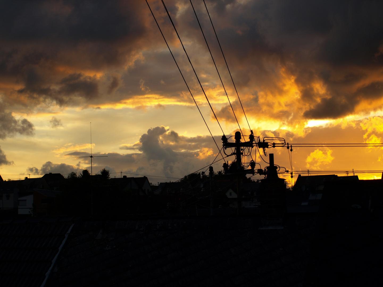 Sonnenuntergang mit dunklen Wolken