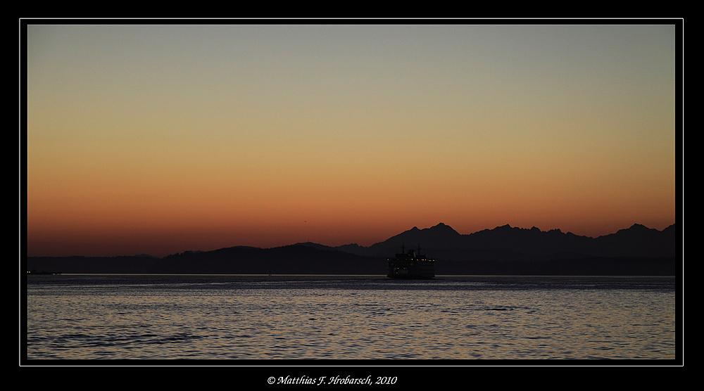 Sonnenuntergang mit Fähre
