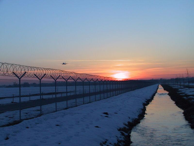 Sonnenuntergang mit Flugzeug
