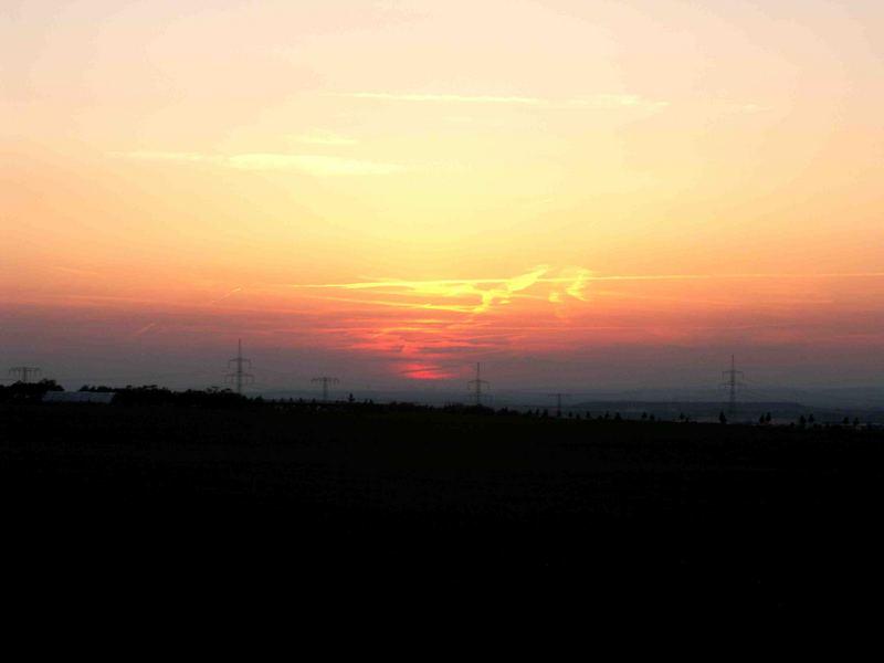 Sonnenuntergang mit Flugzeugspuren