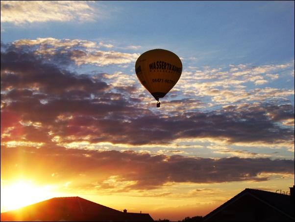 Sonnenuntergang mit Heißluftballon