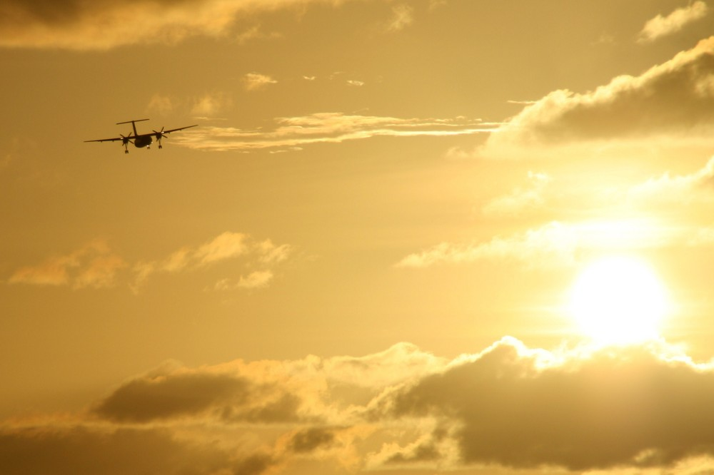Sonnenuntergang mit Landeanflug