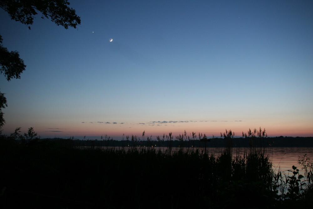Sonnenuntergang mit Mond und Stern