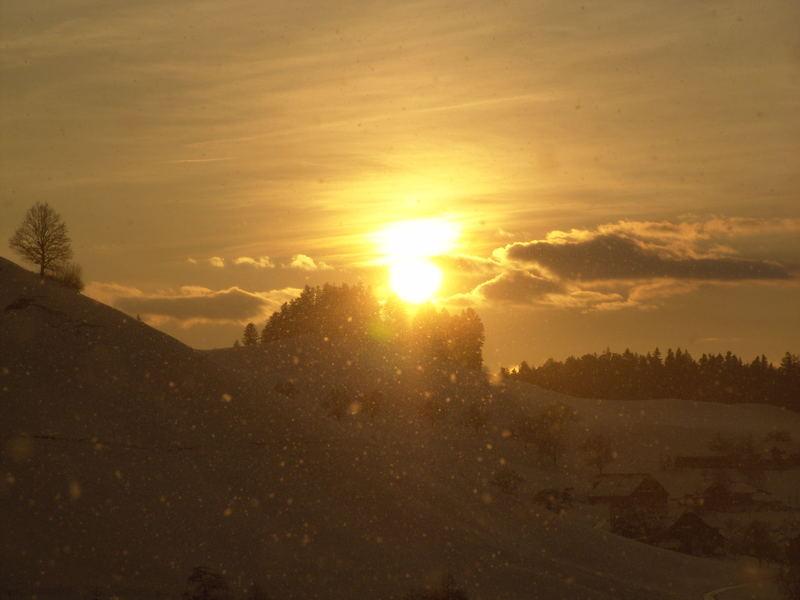 sonnenuntergang mit schneeschauer am frühlingsanfang