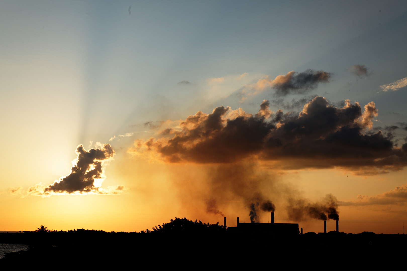 Sonnenuntergang mit Zuckerrohrfabrik