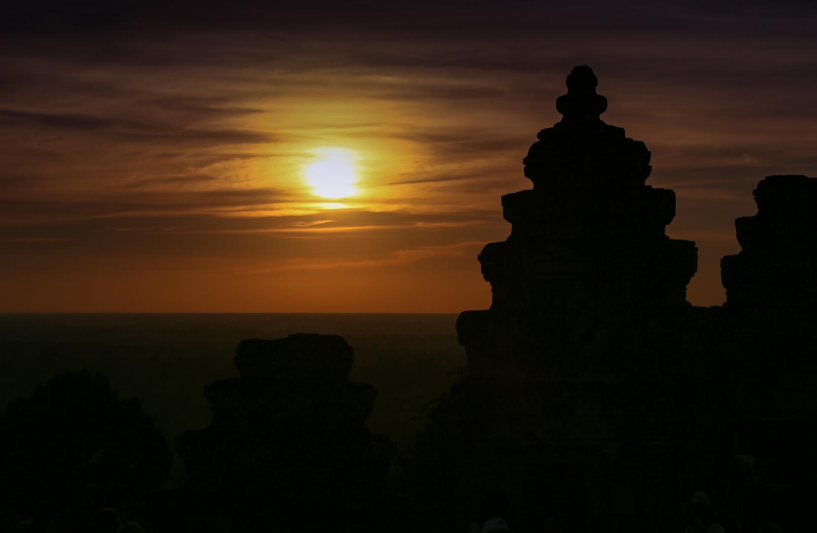 Sonnenuntergang über Angkor mit Tempelspitzen