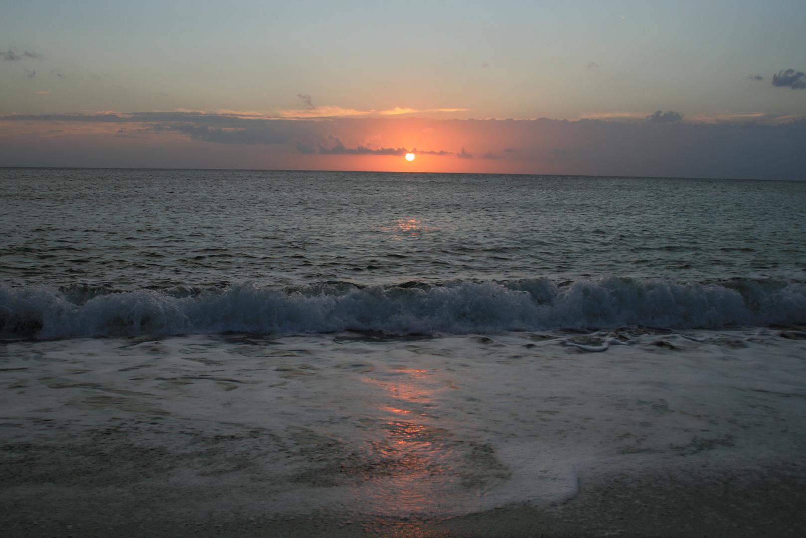 Sonnenuntergang über dem Meer von San Vincenzo (Toskana)