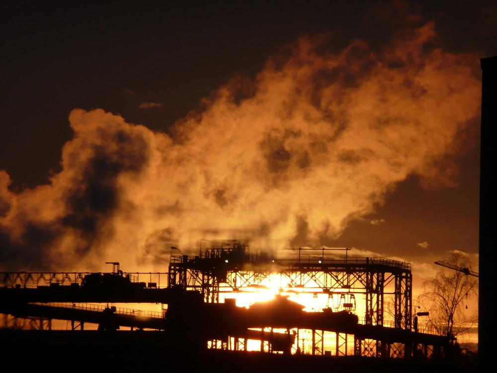 Sonnenuntergang über dem Stahlwerk in Riesa