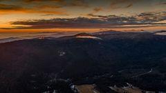 Sonnenuntergang über den Bergen des Bayerischen Waldes