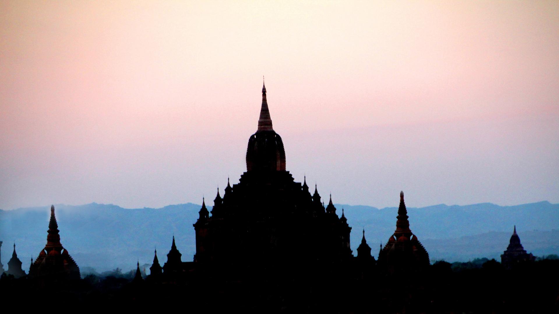 Sonnenuntergang über den Pagoden von Bagan