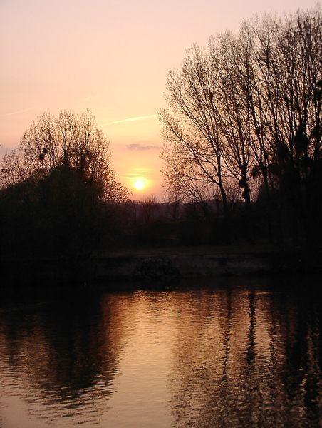 Sonnenuntergang über einem Kanal