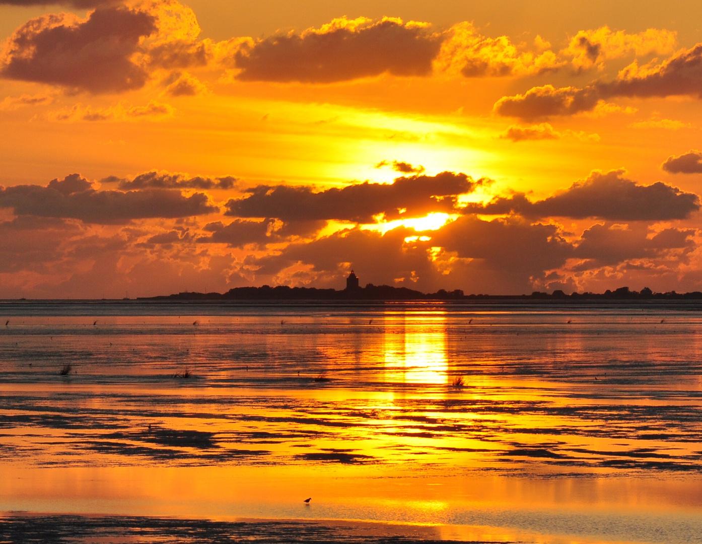 Sonnenuntergang über Neuwerk mit Leuchturm