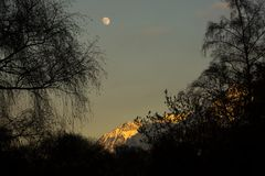 Sonnenuntergang und Vollmond