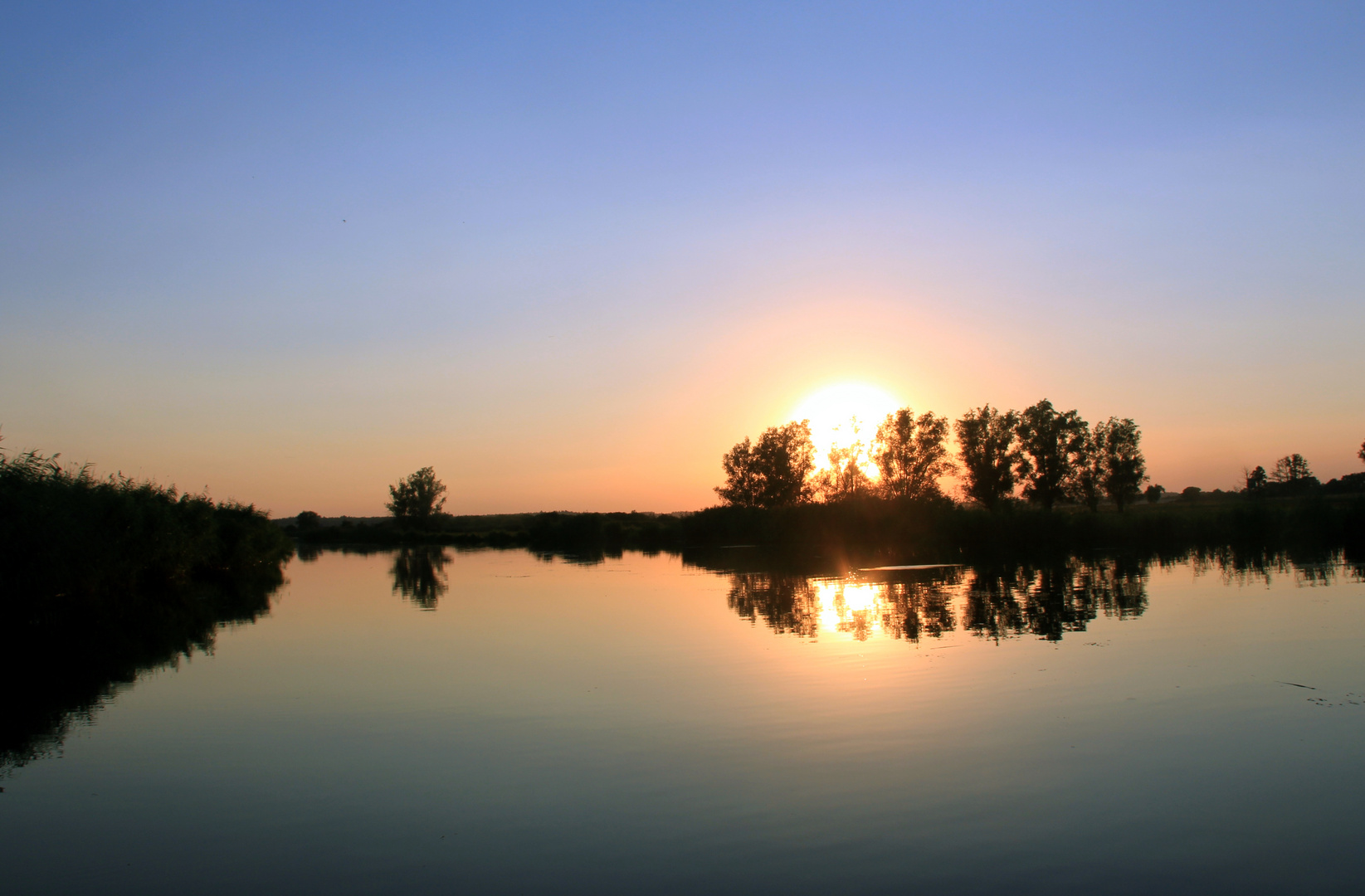 Sonnenuntergang während abendlicher Bootstour auf der Peene