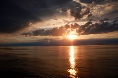 Sonnenuntergang zur Zeit der weißen Nächte gegen 23:45 Uhr