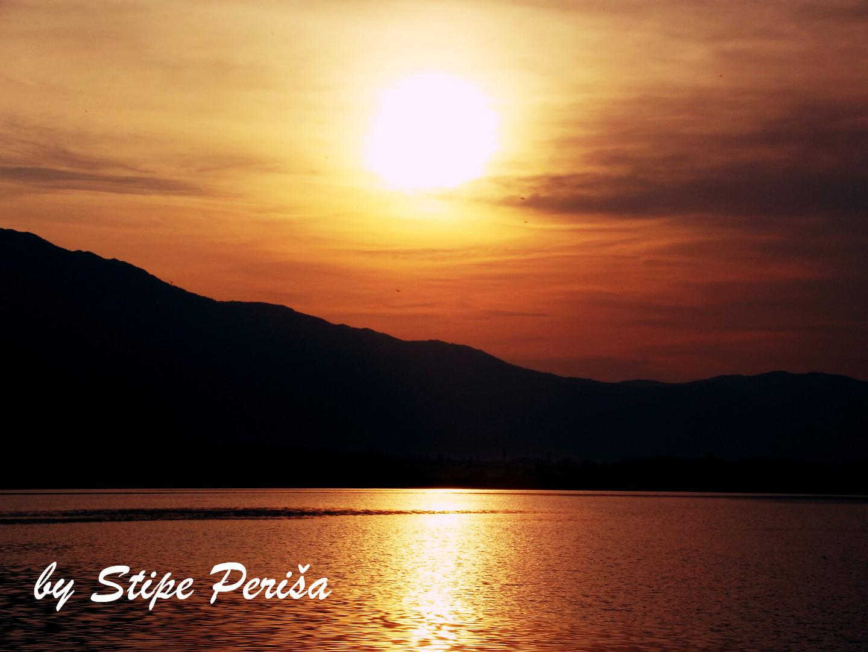 Sonnenuntergang zwischen Berg und Himmel....