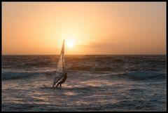 Sonnenuntergangs-Surfer