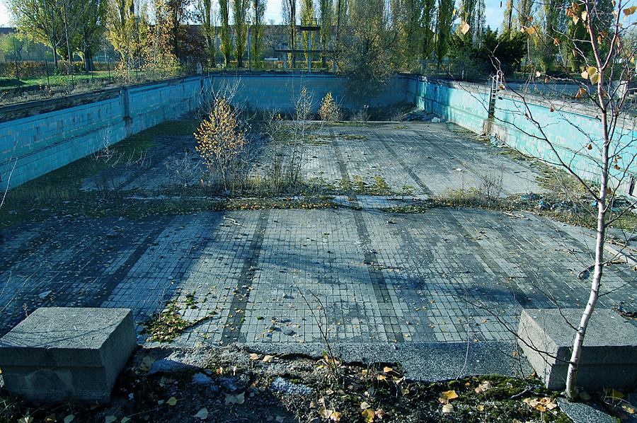 Sonniger herbstag im schwimmbad foto bild - Schwimmbad architektur ...