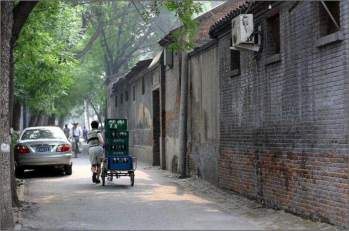 Sonntagmorgens im Hutong - Da kommt das Bier