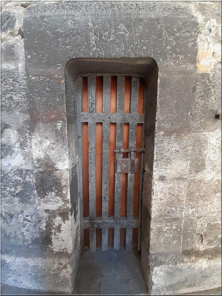 ..Sous la porte de Pignerol..