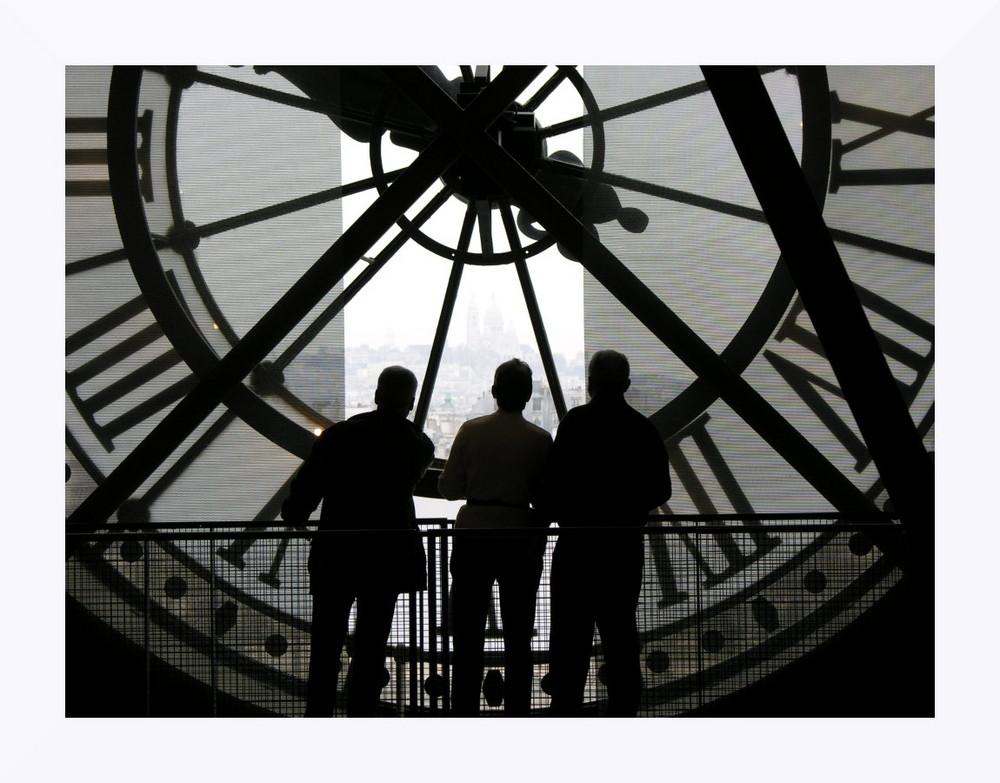 Sous l'horloge de la gare d'Orsay.