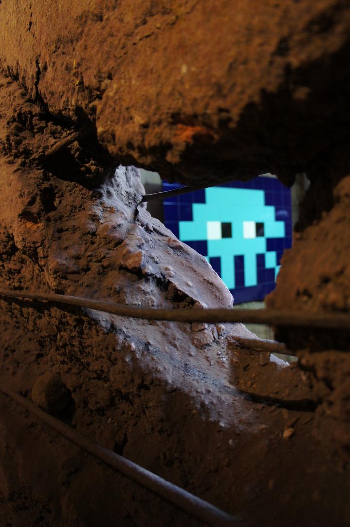 Space Invader hinter Mauer