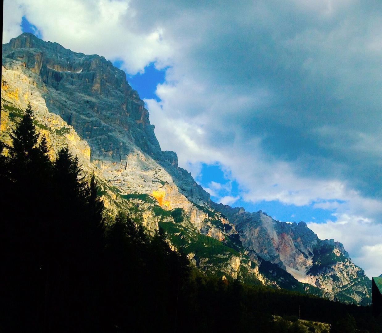später Sonneneinfall auf den Dolomiten