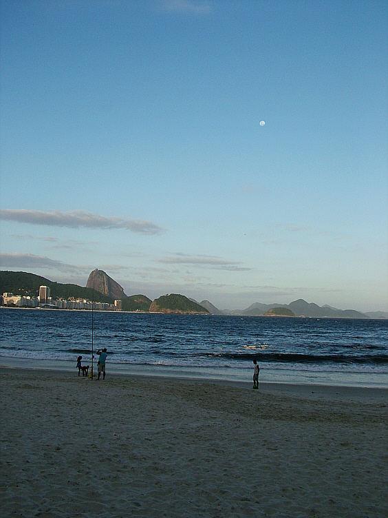 Spätnachmittags in Copacabana Strand.