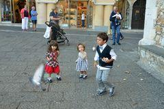 Spaß mit Tauben in Taormina auf Sizilien