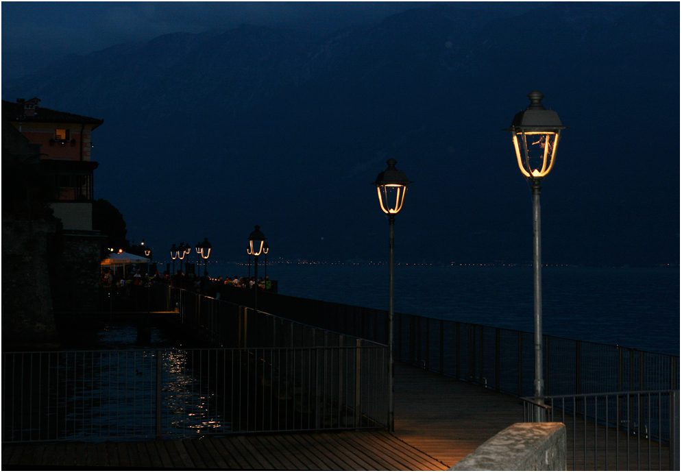 "Spaziergang am Ufer, ""Blaue Stunde"""
