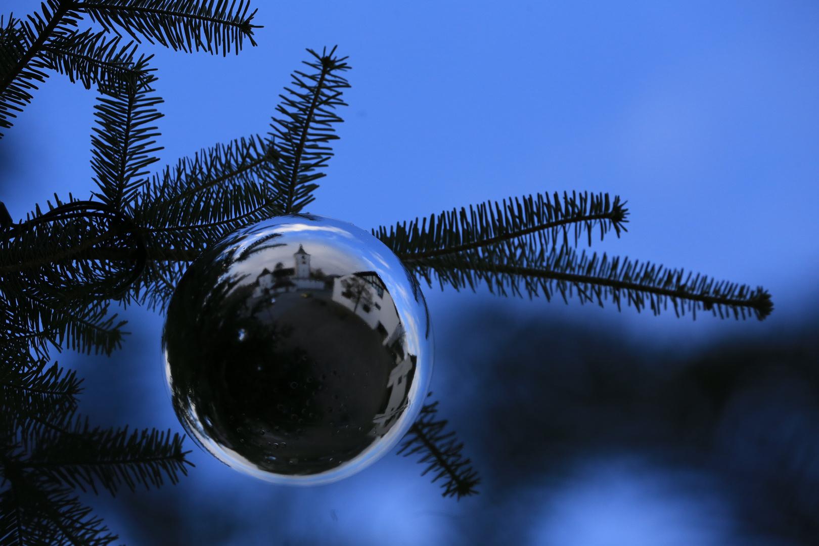 Sphärische Weihnachtsstimmung auf dem Dorfplatz