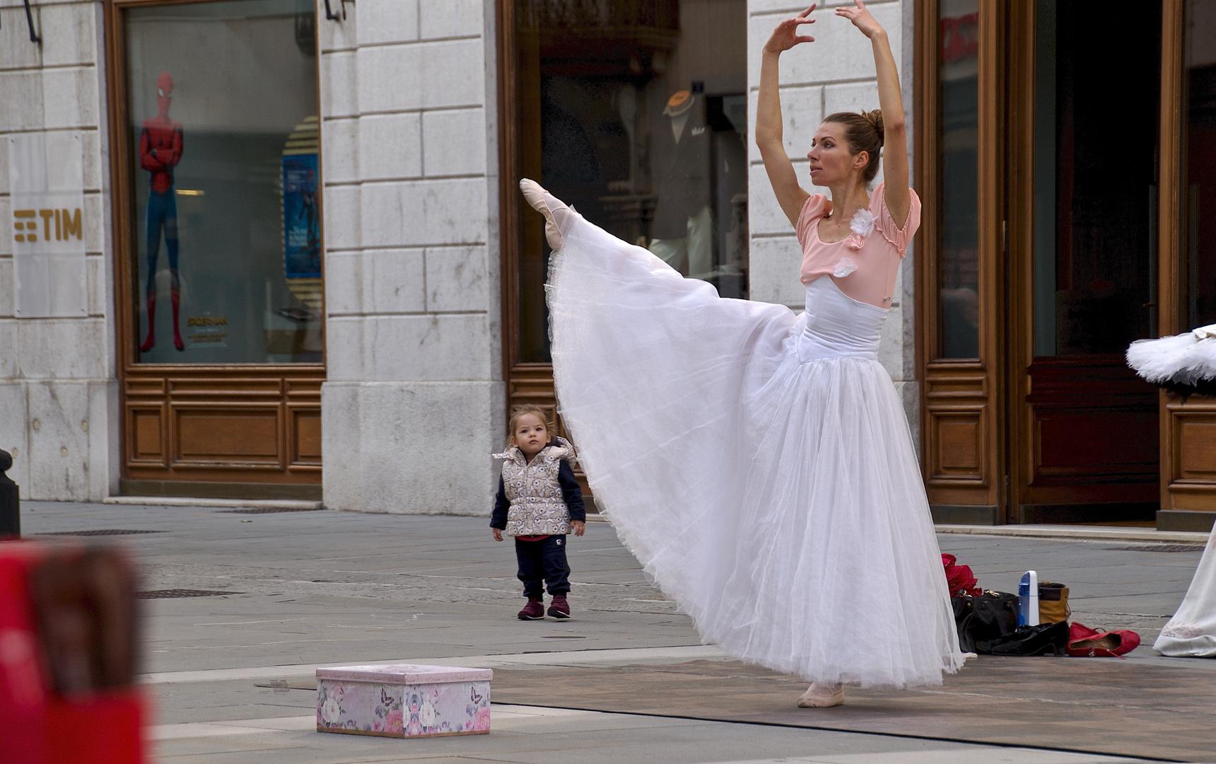 spiderman, das mädchen und die ballerina der straße