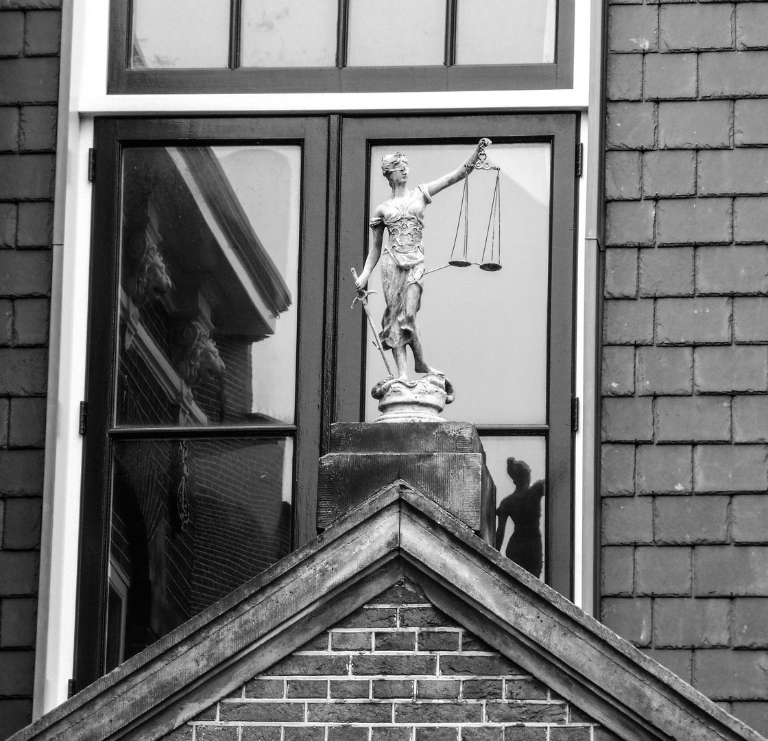 SPIEGEL Figur Dach lum-21-36-sw +3Spiegelfotos