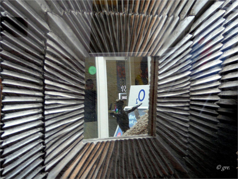 Spiegel mit großem Rahmen Foto & Bild | spezial, gespiegelt, rahmen ...