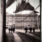 Spiegeltag- Glasfront eines Museums